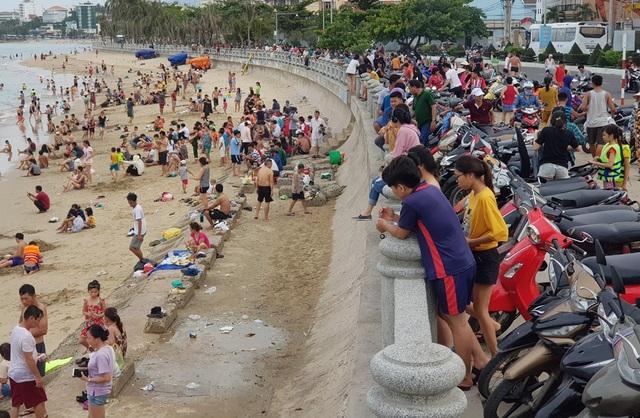 Bãi biển phía đông đường Phạm Văn Đồng, Nha Trang nhộn nhịp người trong buổi chiều cùng ngày
