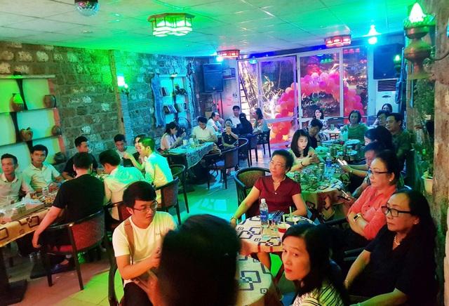 Ngoài ra, phòng trà Đừng Về về đêm của doanh nhân 9X Nguyễn Thiện Thông luôn kín khách đến thưởng thức âm nhạc