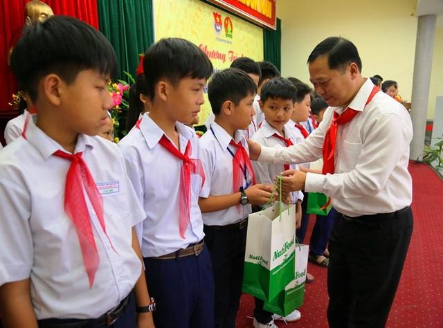 Phó Chủ tịch UBND tỉnh Bình Định Nguyễn Phi Long tặng quà cho các em thiếu nhi.