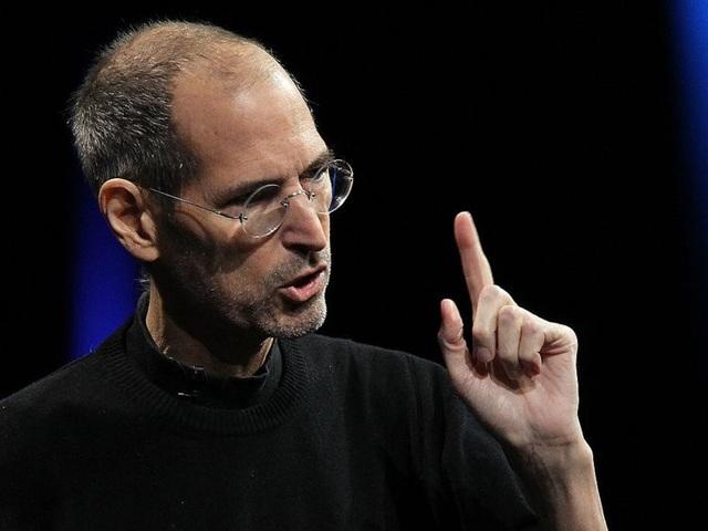 Phong cách làm việc của Holmes có nhiều nét tương đồng với huyền thoại ở thung lũng Silicon là Steve Jobs: Cả 2 đều mặc áo đen cổ lọ, trang trí phòng làm việc theo ý thích của bản thân, và không bao giờ nghỉ để đi du lịch.