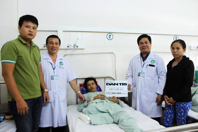 Bác sĩ Phạm Hiếu Vinh cùng PV báo Dân trí đã đại diện bạn đọc trao tận tay anh Trần Thế Quy 122 triệu đồng