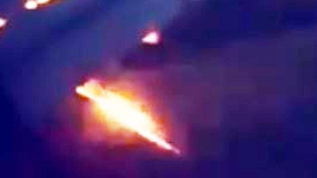 Lửa bốc ra từ cánh máy bay (Ảnh chụp màn hình: Fox News)