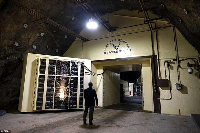 Cánh cửa 23 tấn bảo vệ cơ sở của NORAD.