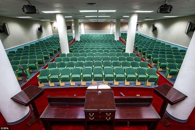 Đây là căn phòng được xây dựng nhằm thay thế phòng họp của Hạ viện Mỹ trong trường hợp xảy ra chiến tranh hạt nhân. Nó tọa lạc tại một căn hầm bí mật nằm dưới lòng đất Greenbrier, khu nghỉ dưỡng 4 sao nằm gần White Sulphur Springs, West Virginia. Khu hầm này rộng khoảng 34.000 m2, hoàn thiện vào năm 1961, với đủ cơ sở vật chất phục vụ cho 535 nghị sĩ. Ngoài ra, căn hầm này còn có phòng khử nhiễm hạt nhân, một đơn vị chăm sóc y tế đặc biệt và một phòng thông tin liên lạc, tất cả được bao bọc bởi các bức tường bê tông dày từ 1-1,5 m.