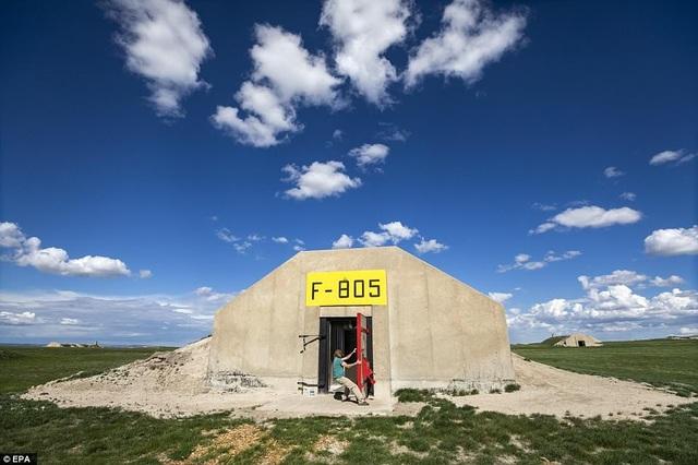 Một kho đạn dược đã đóng cửa của quân đội Mỹ ở Edgemont, South Dakota nay đã được chuyển đổi sử dụng trở thành hầm trú ẩn cho thường dân trong khuôn khổ dự án Vivos xPoint. Công ty phụ trách dự án - Vivos - ước tính, với 575 căn hầm họ đang sở hữu, họ có thể bảo vệ cho khoảng 5.000 người khi tấn công hạt nhân xảy ra.