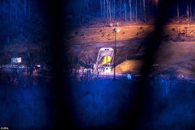 Lối vào khu phức hợp Raven Rock Mountain, khu hầm bí mật rộng hơn 2,6 km2. Căn cứ này nằm dưới đỉnh núi Blue Ridge, Pennsylvania. Đây là công trình được xây dựng nhằm phục vụ cho Lầu Năm Góc, các chỉ huy quân đội và tổng thống trong kịch bản thảm họa hạt nhân xảy ra. Căn hầm có 4 lối vào, mỗi lối được bảo vệ bổi một cánh cửa nặng 34 tấn.