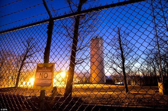 Tháp thông tin liên lạc Corkscrew Park Hall, Maryland. Những tháp này có nhiệm vụ duy trì liên lạc giữa Nhà Trắng và các cơ sở bí mật như Raven Rock và Mount Weather. Tháp này hiện tại đã ngừng hoạt động.