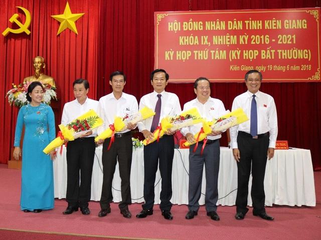 Ông Mai Văn Huỳnh (thứ 2 từ phải sang) được Ban Thường vụ Tỉnh ủy Kiên Giang phân công giữ chức Bí thu Huyện ủy Phú Quốc và giới thiệu với HĐND huyện này bầu ông Huỳnh giữ chức Chủ tịch UBND huyện Phú Quốc.