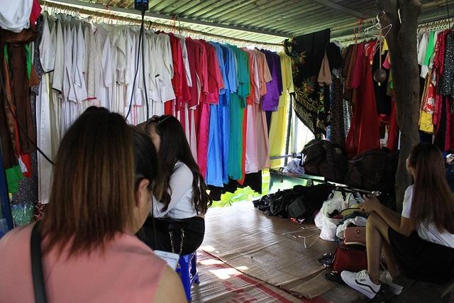 Một góc cửa hàng của chị Thủy vào mùa chụp ảnh với sen tại đầm sen Hồ Tây, những ngày cuối tuần phục vụ từ 70 - 80 khách/ngày.