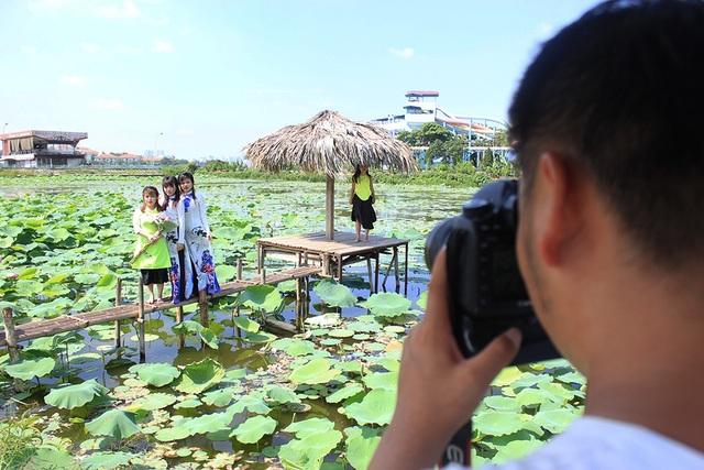 Anh Đông cũng kiếm bộn tiền trong những ngày mùa chụp ảnh với sen.