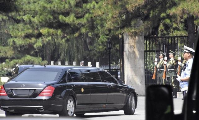 Xe được cho là chở ông Kim Jong-un đi vào khu vực Điếu Ngư Đài sáng 19/6. (Ảnh: Reuters)