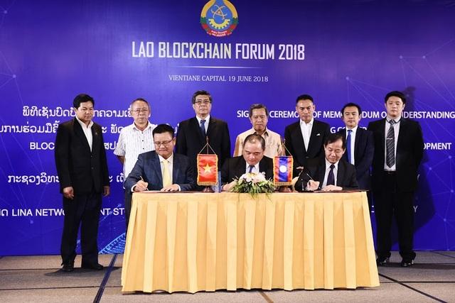Đại diện Bộ Khoa học và Công nghệ Lào và Lina Network ký biên bản ghi nhớ về việc ứng dụng công nghệ Blockchain. Bộ trưởng Bộ trưởng Khoa học và Công nghệ Lào Boviengkham Vongdara (hàng trên, thứ 4 từ trái sang) chứng kiến lễ ký kết.