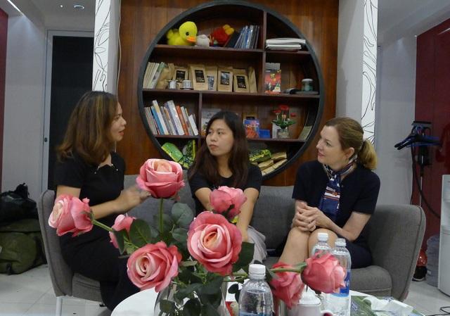 Cô Đinh Thị Lan Hương, bà Marie Royce vui vẻ trò chuyện với một bé gái hiện đang được mái ấm PureVn bảo trợ và đào tạo. (Ảnh: Đức Hoàng)
