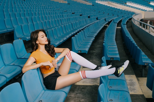Hot girl Ngọc Nữ diện áo dài đỏ, đi 21 tiếng đến cổ vũ đội tuyển Anh - 10