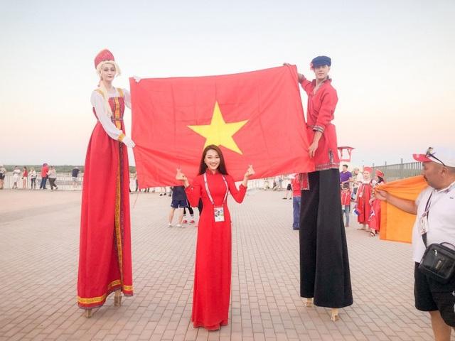 Vì khoảng cách giữa các thành phố tại Nga quá xa, Ngọc Nữ đã có chuyến hành trình 21 tiếng bằng tàu điện để đến với thành phố Volgograd dự khán trận đấu của những chú sư tử Anh và đại bàng Tunisia.