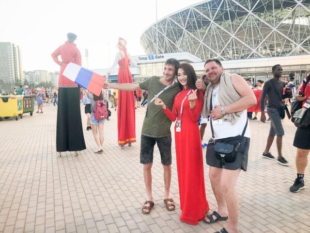 Chỉ mới vài ngày ở Nga, cô có dịp đi đến các sân vận động nơi mà các trận đấu trong khuôn khổ World Cup 2018 diễn ra. Tại đây Ngọc Nữ đã có dịp gặp gỡ giao lưu với bạn bè quốc tế.