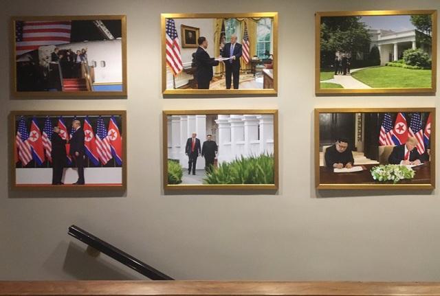 Các bức ảnh về hội nghị thượng đỉnh Mỹ-Triều treo trên tường Nhà Trắng. (Ảnh: Twitter)