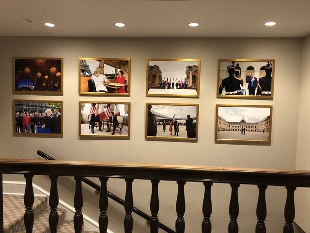 Trước đó, tường Nhà Trắng được trang trí bởi các bức ảnh về chuyến thăm Mỹ của Tổng thống Pháp Macron. (Ảnh: Twitter)