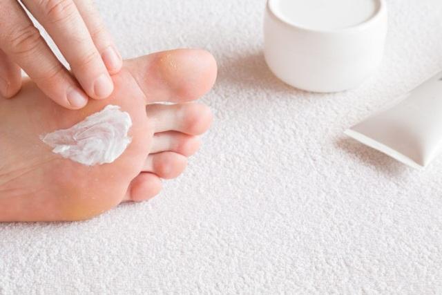 Chăm sóc bàn chân hàng ngày giúp phát hiện sớm các tổn thương.