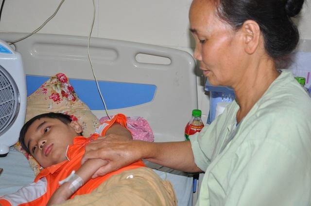 Đi chăm em trên viện có bà ngoại vì bố mẹ đang phải ở nhà chăm 2 em của Dương.