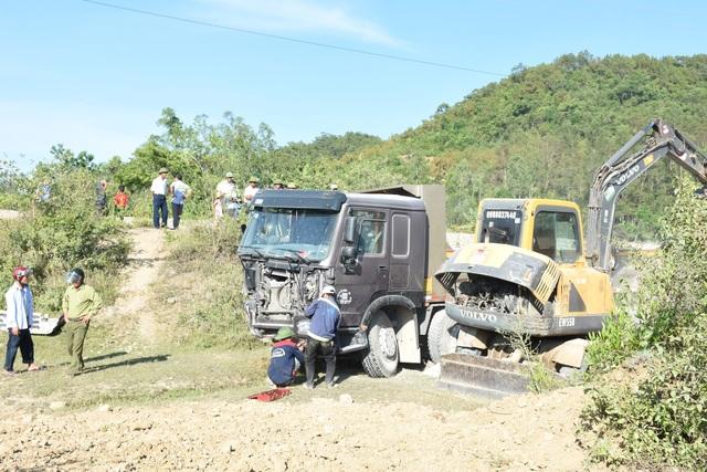 Chiếc xe tải bị húc văng tới 15m.