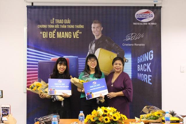 Khách hàng may mắn khi mua hàng tại hệ thống cửa hàng với giải thưởng là chiếc vali Curio trị giá 3.500.000 đồng