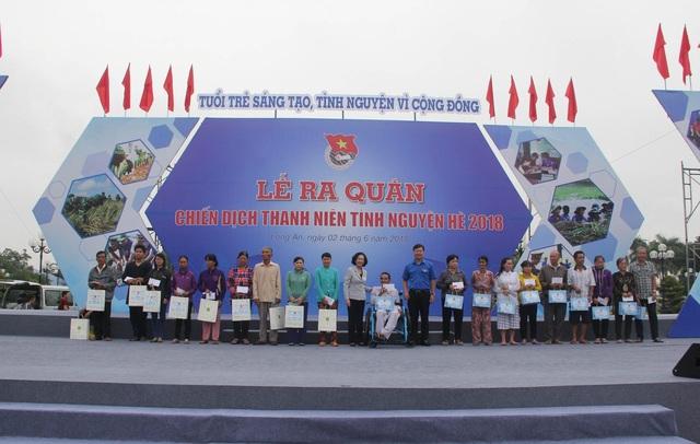 70 phần quà được Trung ương Đoàn trao tặng cho người nghèo, gia đình chính sách và học sinh nghèo tỉnh Long An.