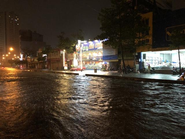 Đường Nguyễn Hữu Cảnh ngập đến yên xe máy trong đêm - 11