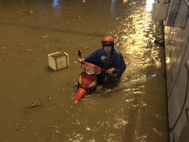 Đường Nguyễn Hữu Cảnh ngập đến yên xe máy trong đêm - 15