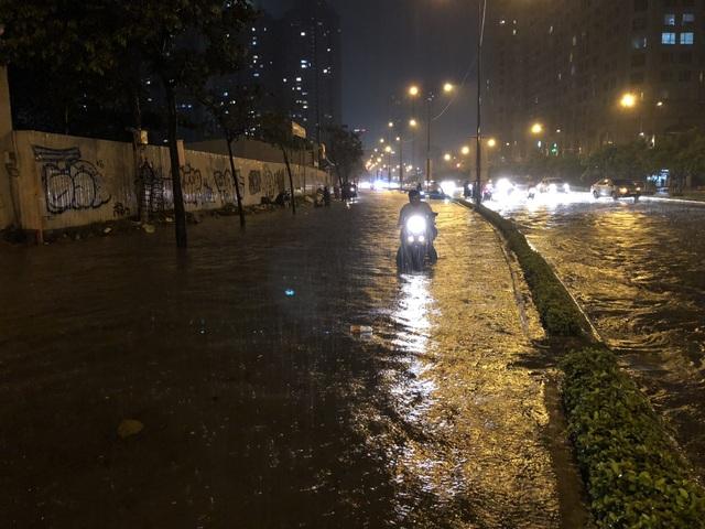 Đường Nguyễn Hữu Cảnh ngập lênh láng trong tối