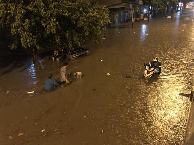 Đường Nguyễn Hữu Cảnh ngập đến yên xe máy trong đêm - 14