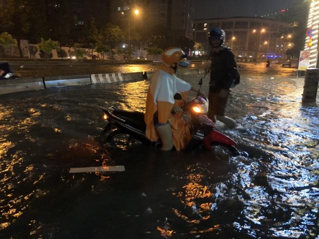 Hình ảnh PV ghi nhận lúc 0h 30 sáng 2/6, nước vẫn ngập đến nửa xe máy