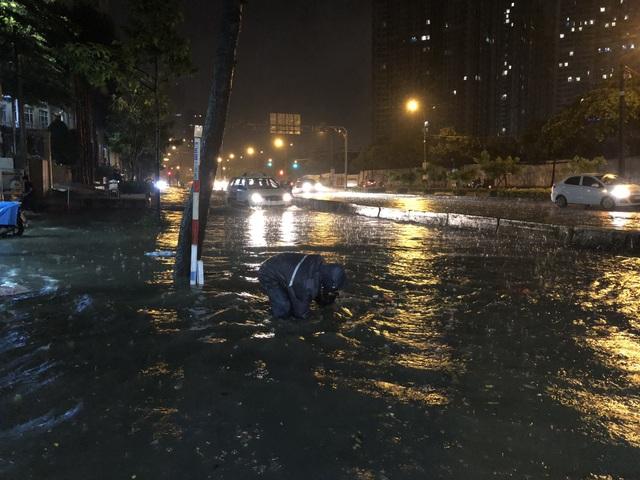 Đường Nguyễn Hữu Cảnh ngập đến yên xe máy trong đêm - 5
