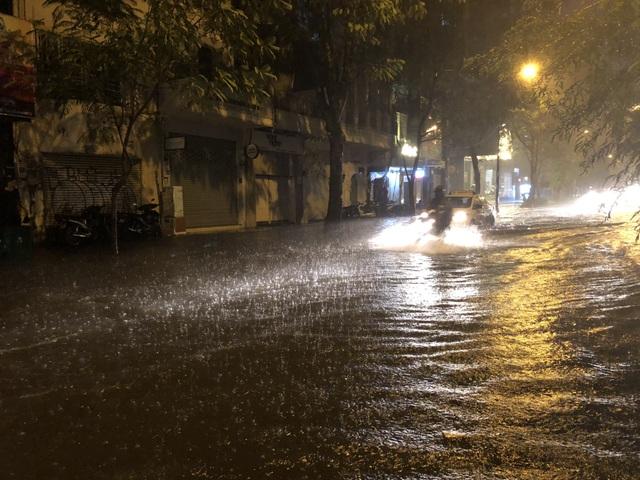 Đường Nguyễn Hữu Cảnh ngập đến yên xe máy trong đêm - 9