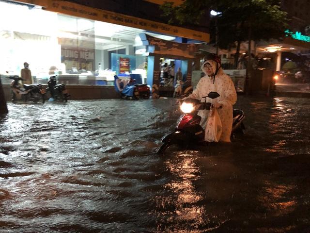 Đường Nguyễn Hữu Cảnh ngập đến yên xe máy trong đêm - 6