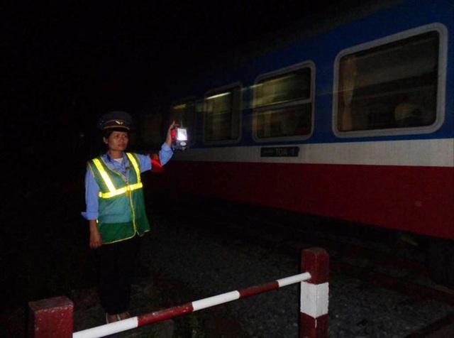 Hình ảnh quen thuộc của một nhân viên ngành đường sắt. (Ảnh: Báo Quảng Bình)
