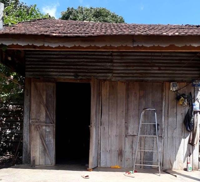 Tài sản đáng giá nhất của gia đình này là căn nhà gỗ bé xíu đã mục nát