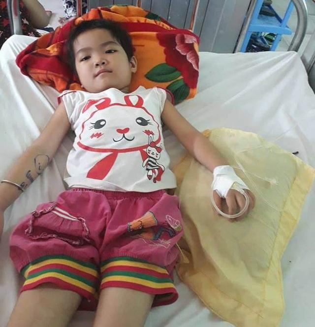 Mới 7 tuổi Nhật Lệ đã bị căn bệnh ung thư máu hành hạ suốt 1 năm qua