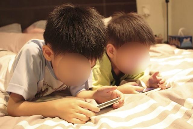 """Trẻ """"nghiện"""" điện thoại, máy tính: Coi chừng bệnh tật ập đến - 1"""