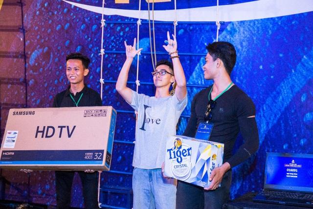 """Niềm vui vỡ òa khi nhiều bạn trẻ may mắn nhận những phần quà """"khủng"""" của chương trình như xe máy Yamaha, TV Samsung, iPhoneX…"""