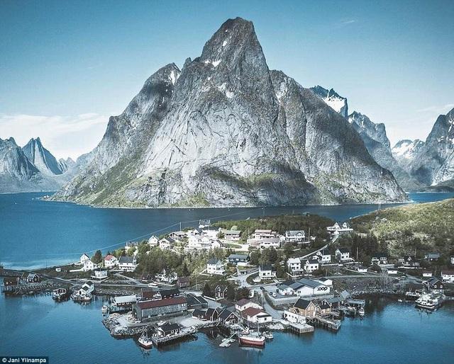 Nhiếp ảnh gia nổi tiếng Jani Ylinampa vừa chia sẻ với người hâm mộ những hình ảnh đẹp tuyệt vời về đất nước Phần Lan của mình