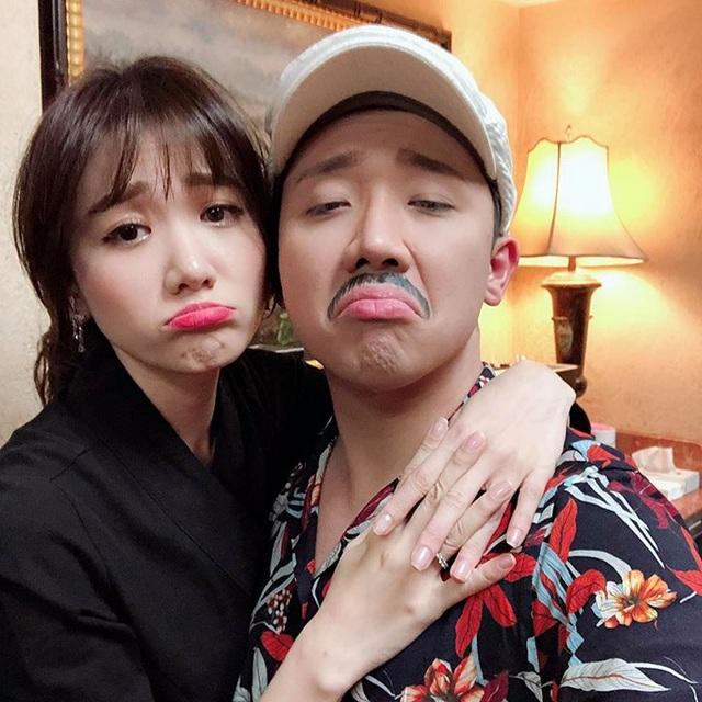 Vợ chồng Trấn Thành - Hari Won đang có chuyến lưu diễn ở Mỹ, Trấn Thành chụp ảnh ngọt ngào với bà xã, anh viết: Già cũng có cái giá của già chứ.