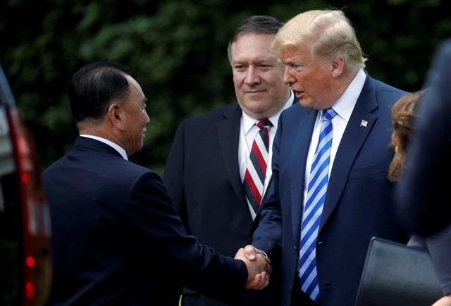 Tổng thống Trump đã đích thân tiễn ông Kim Yong-chol ra tận xe ô tô để rời Nhà Trắng. Nhà lãnh đạo Mỹ cũng dành cho quan chức cấp cao Triều Tiên những cử chỉ thân mật. (Ảnh: Reuters)
