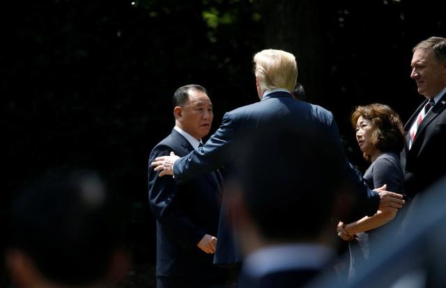Ông Trump cũng đề cập tới mục tiêu ký kết hiệp ước hòa bình kết thúc chiến tranh Triều Tiên (1950-1953) tại hội nghị thượng đỉnh sắp tới ở Singapore. Về mặt kỹ thuật, Hàn Quốc và Triều Tiên vẫn đang trong tình trạng chiến tranh do mới chỉ ký thỏa thuận đình chiến thay vì hiệp ước hòa bình. (Ảnh: Reuters)