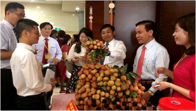 Phó Chủ tịch UBND tỉnh Bắc Giang Dương Văn Thái giới thiệu vải thiều Bắc Giang với các thương nhân Trung Quốc tại thị Bằng Tường, Quảng Tây (Trung Quốc).