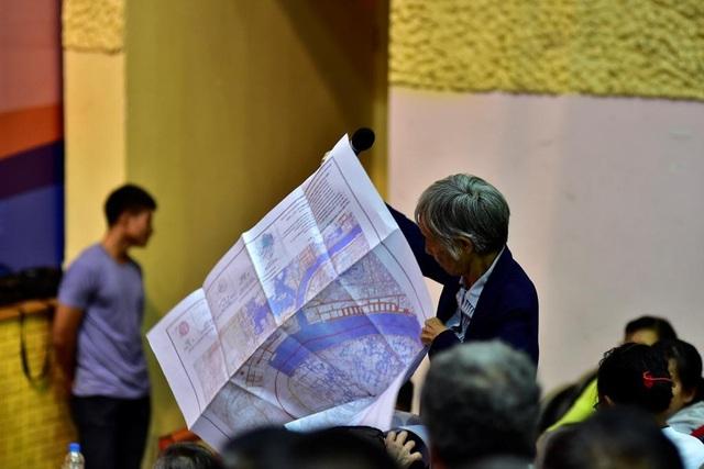 Người dân quận 2 căng bản đồ bày tỏ bức xúc về chính sách đền bền giải phóng mặt bằng về dự án khu đô thị mới Thủ Thiêm tại buổi tiếp xúc cử tri của Bí thư Thành ủy TPHCM Nguyễn Thiện Nhân vào ngày 20/6
