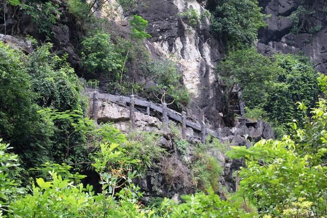 Hệ thống cột xây dựng cầu thang lên xuống vẫn án ngữ trên núi.
