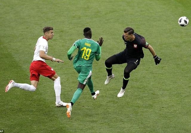 Niang cướp bóng từ hậu vệ Ba Lan và ghi bàn nâng tỷ số lên 2-0