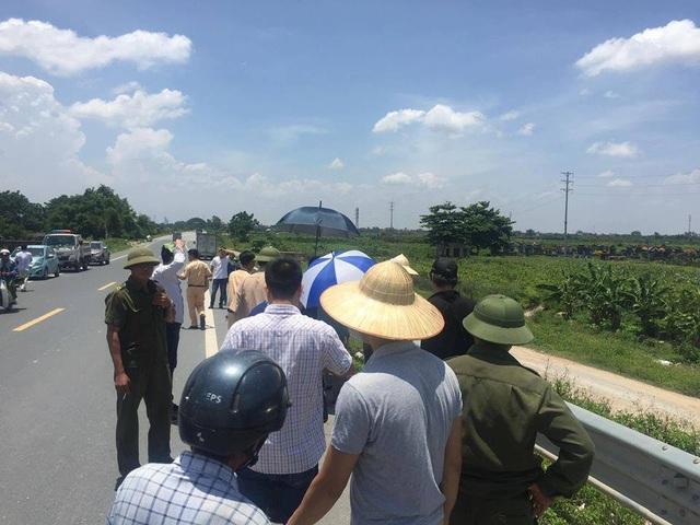 Nhiều người dân hiếu kỳ dừng bên đường xem lục lượng chức năng thực nghiệm hiện trường vụ việc.