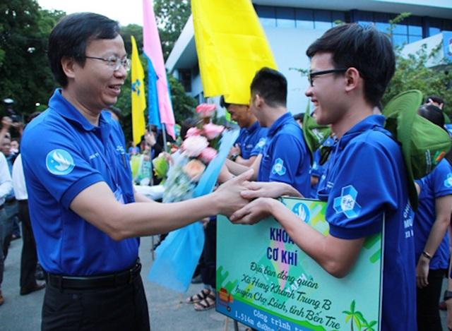 Hiệu trưởng trường ĐH Bách khoa (ĐHQG TPHCM) động viên tinh thần các chiến sĩ tình nguyện